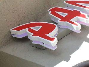 Insegna luminosa con lettere scatolate Neon Valdarno
